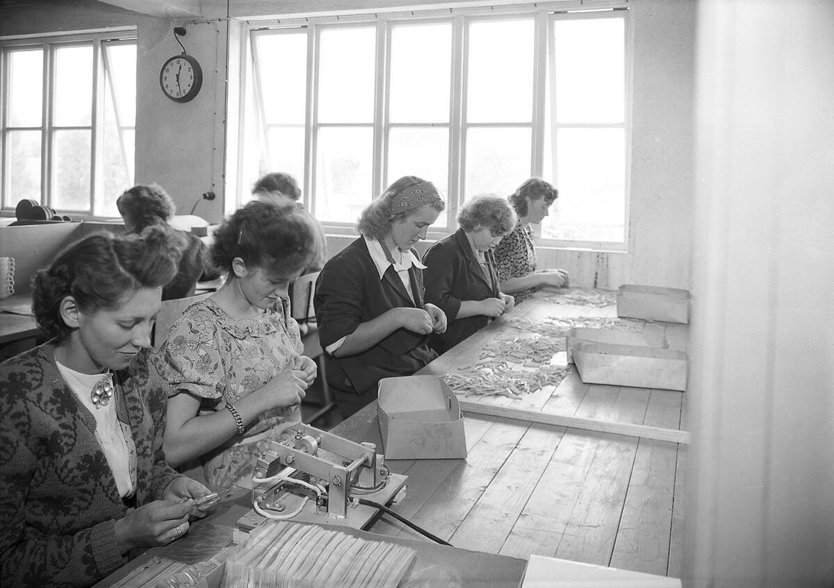 Norplasta-kvinner i arbeid, 1949. Fotografi: Schrøder/Sverresborg folkemuseum (Foto/Photo)
