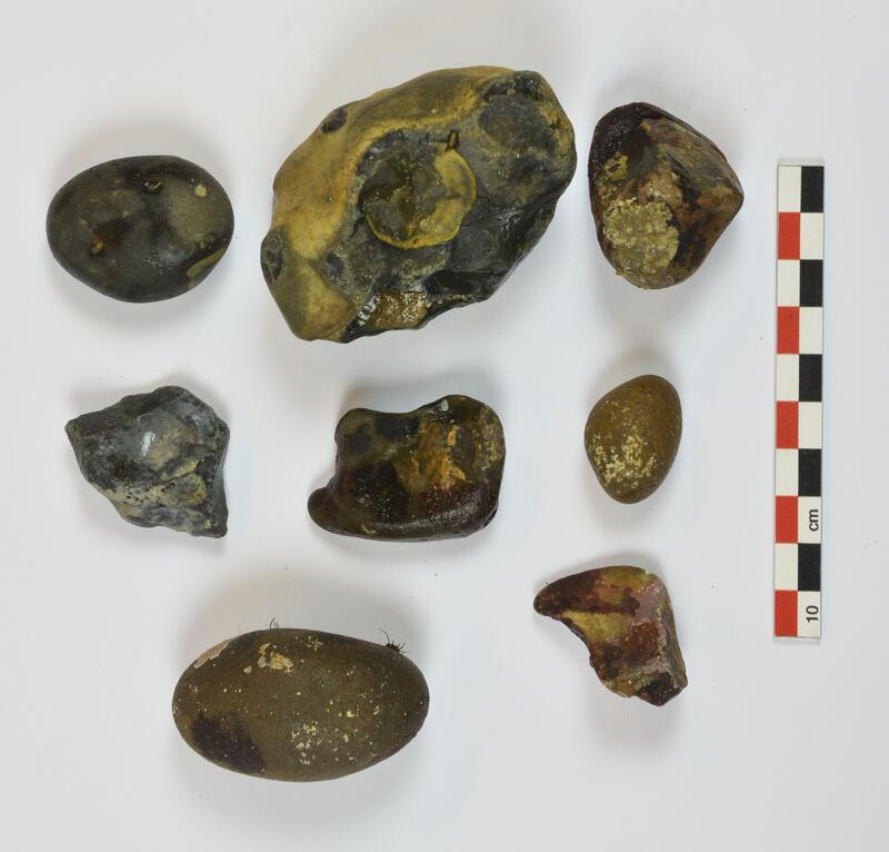 Øksen ble funnet i et lag med små, strandrullede flintknoller. (Foto/Photo)