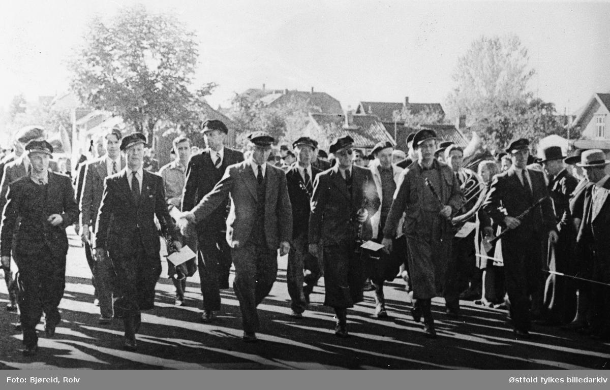 """Da freden """"brøt løs"""" i maidagene 1945. Musikkorps marsjerer i parade."""