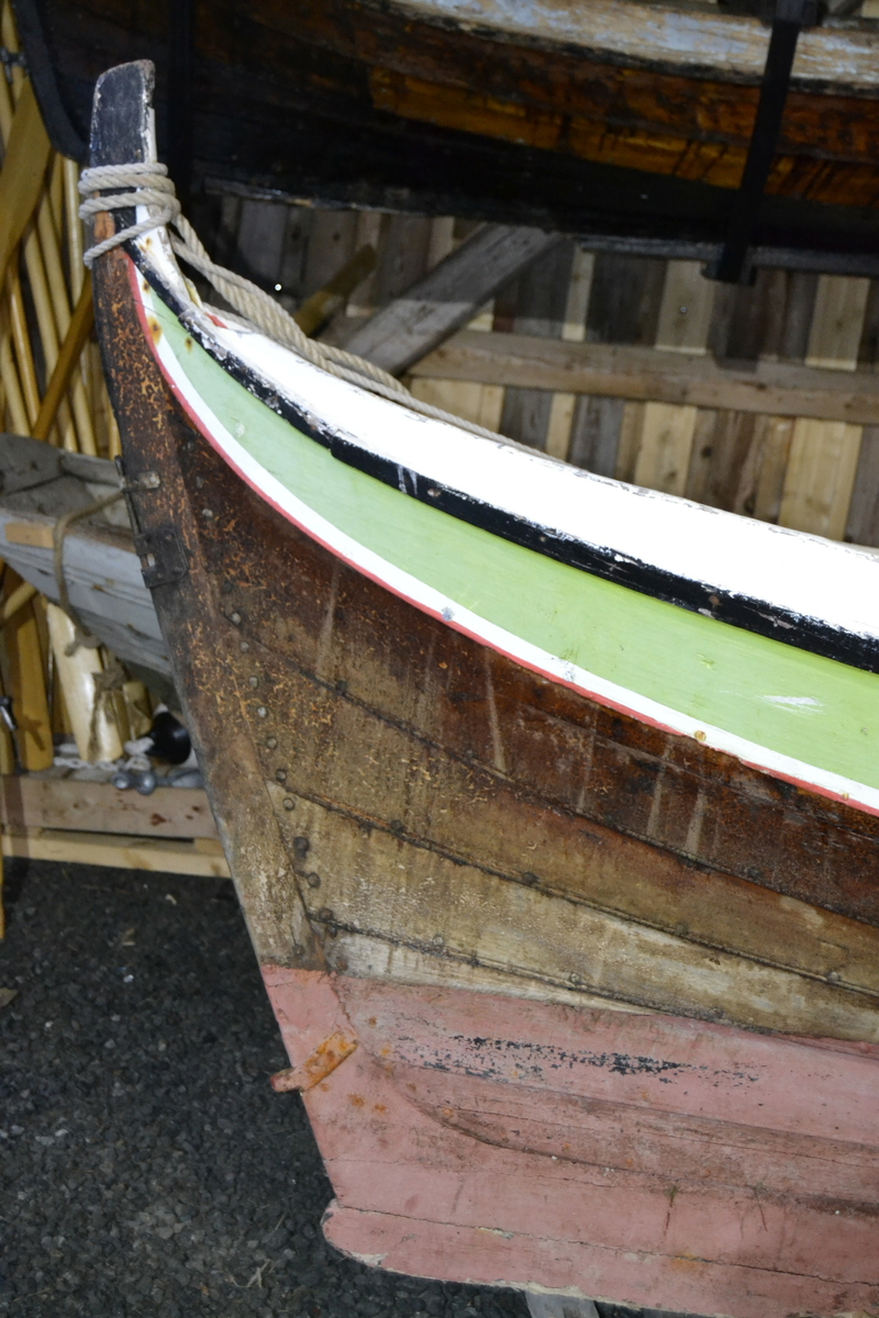 """Nordlandsbåt av kategori firroring. Båten har seks bordganger, fem tofter, fire par årer, rigget for sneseil og forholdsvis bredt bygd. Fire par tolleganger. Seks har messingplate (forsterkning). Den er tung å ro, men stabil å seile med bred last. Båten fungerte ypperlig til garnfiske. Den har ekstra skvettbord som kan forhøyes hvis lasten gjør det påkrevd. Det er slitasjespor fra hæler etter fiskerne som sto og dro garn på babord side i akterskottet. Stavnen har et stempelmerke. Det viser at båten ble bygd i Brevik, Bjerka. Initialer P.J risset inn av båtbyggeren. """"Enigheten"""" er plassert i storbåtnaustet på Herøy bygdesamling. Båten er fullt utrustet og seilbar."""