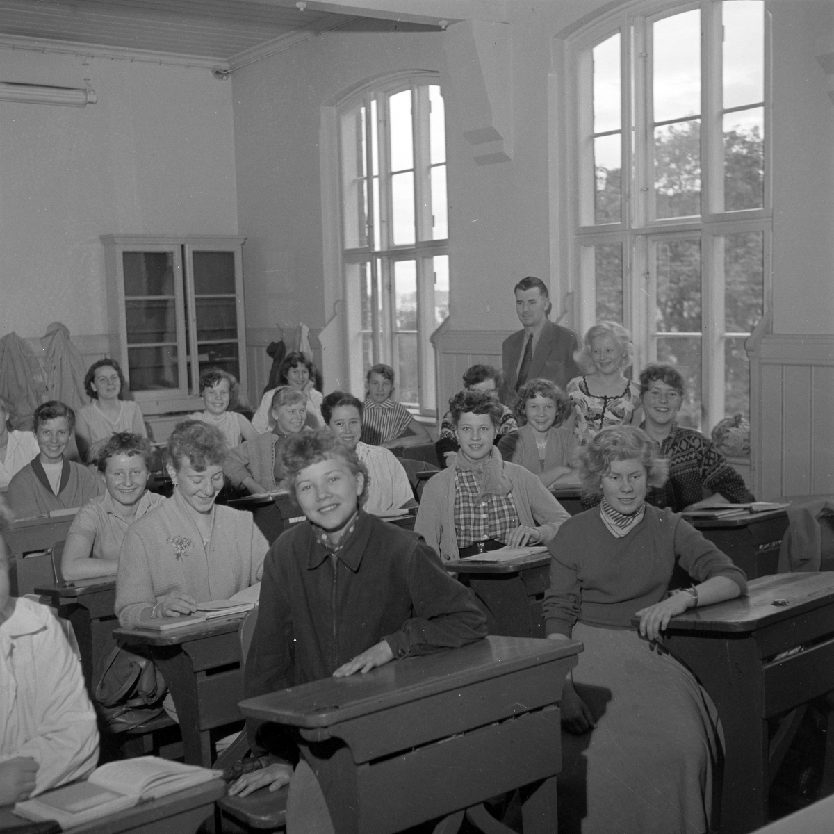 Lektor Kåre Selnes underviser amerikanske Barbara Fox på Trondheim kommunale høyere almenskole