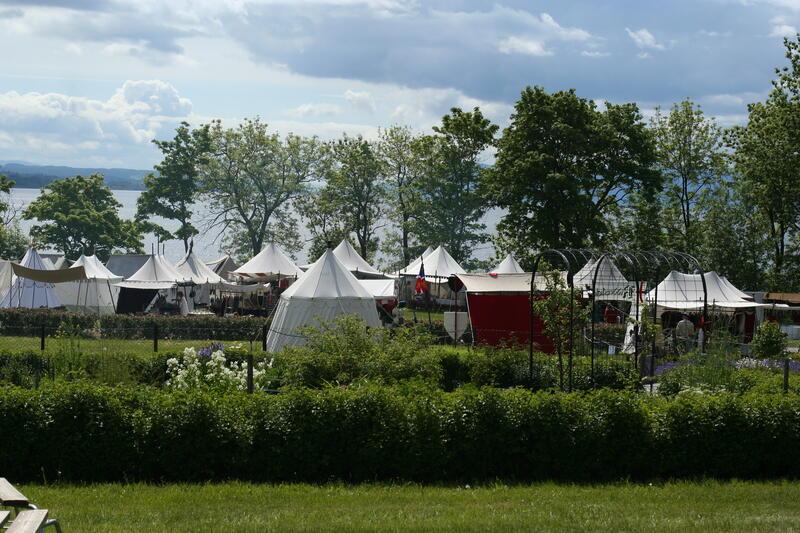 Middelalderleir nedenfor Urtehagen, med Mjøsa i bakgrunnen. (Foto/Photo)