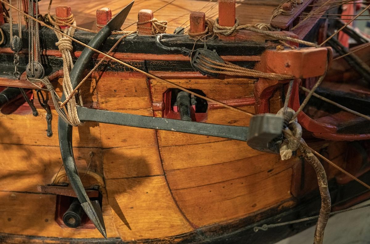 Modell av linjeskepp av Kronprins Gustav Adolf-typ i Sjöhistoriska museets utställning Klart skepp. Detalj, ankare.