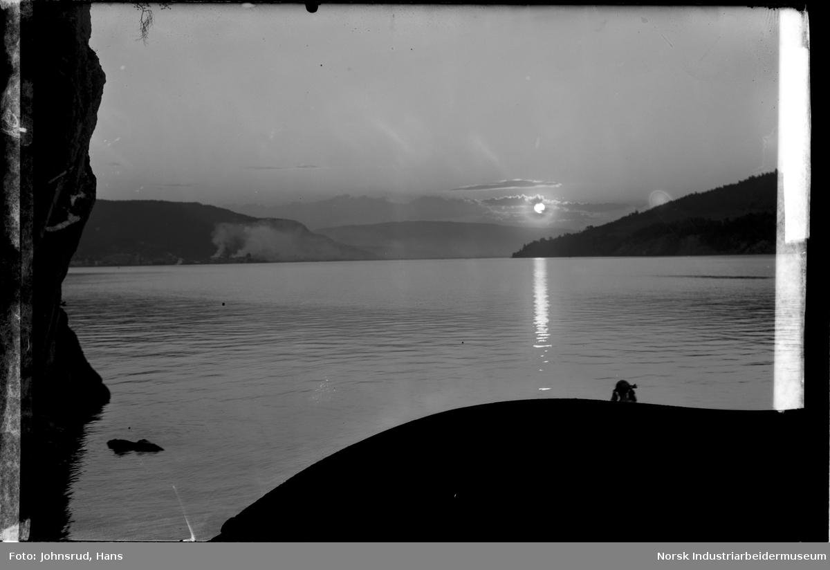 Utsikt over Heddalsvannet ved solnedgang.