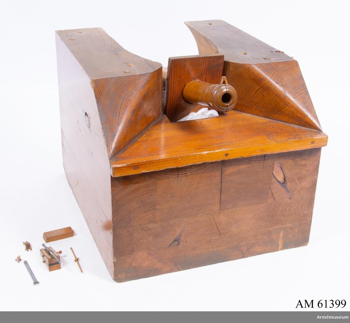Grupp F I. Modell av 30-pundig räfflad kanon. Skala 1/10. Kapten F A Spaks katalog 1888. Av Cavallis konstruktion år 1845. I modellen ingår eldrör, lavett, kasematt, projektil, laddtyg, hjul till lavetten.