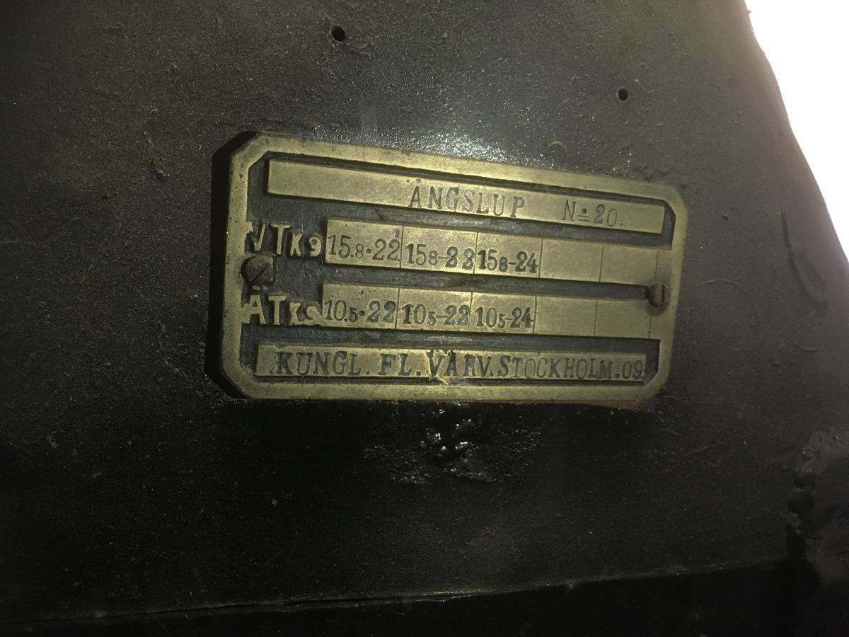 Friliggande ångpanna, s k returpanna på grönmålat (tidigare gul) enaxlad träkärra med gummihjul.  Grönmålad panna, silvermålade luckor etc.  Svartmålad skorsten, liksom vissa rör. Skylt: Ångslup nr 20.  Tillv.  Kungl.  Flottans varv, Stockholm 1909.  VFY maskinnr ÅH 10.  VVNR:10 TNR: ångslup nr 20