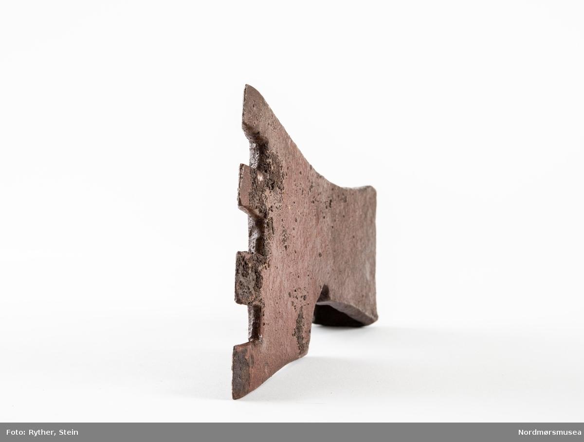 Øksehode med fire tenner. Brukt til å bearbeide tømmeret i veggen før rapping, slik at det blir mer heft for rappingen.