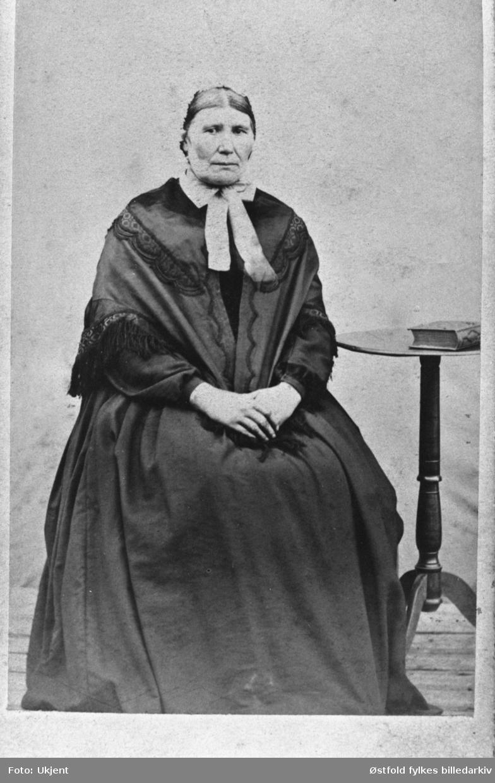 Portrett (visittkort) av Marthe Dorthea Iversdatter Braarud, f. Grislingaas, født 1. mars 1814, fra Marker.