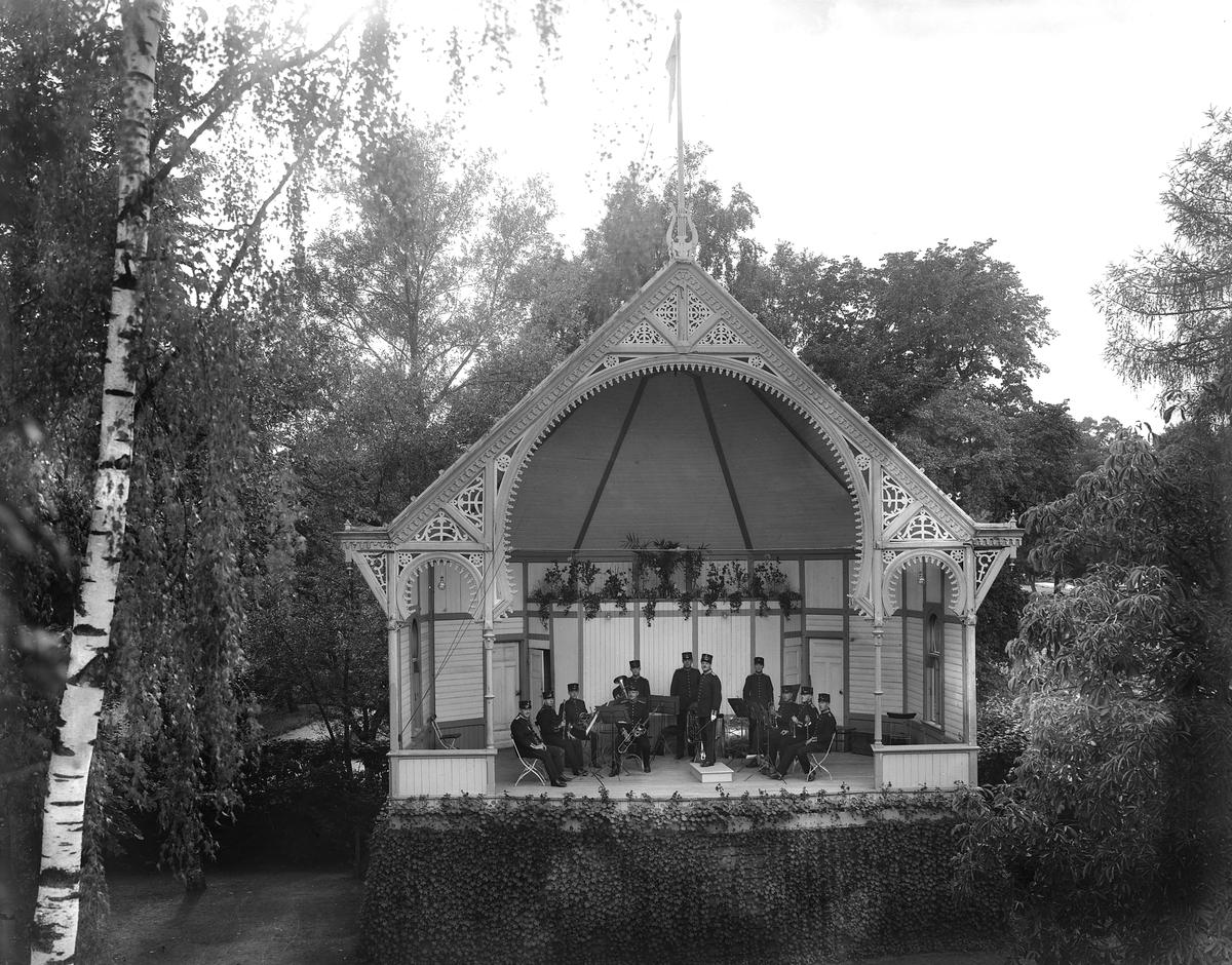 Orkester spelar på scen i Trädgårdsföreningen, Linköping. ... Park. Musik. Orkester. Paviljong. Träbyggnad. Konsert.