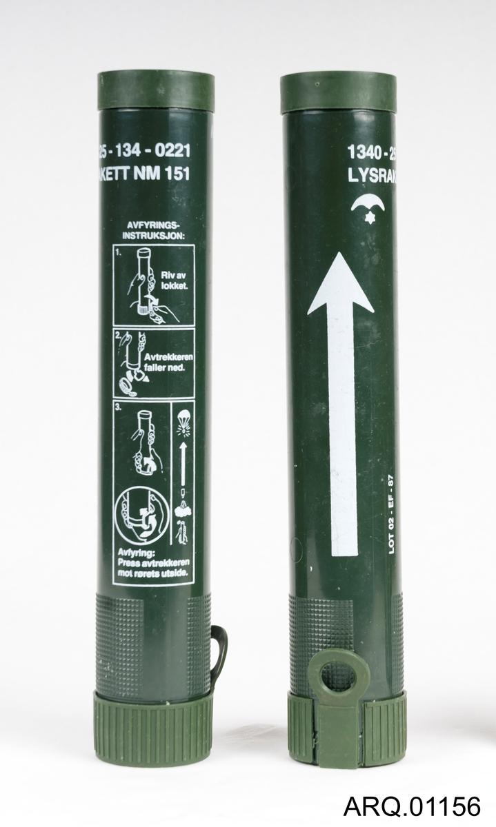 2 stk lysraketter for avfyring ved nød/signalgivning i felt. Bruksanvisning i tre deler på pakningen. Viser steg for steg hvordan den brukes. Trolig ikke noe innholdt i disse pakningene.