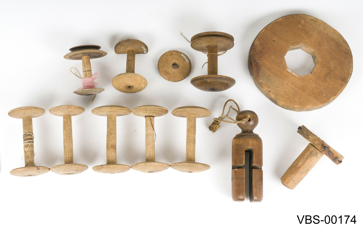 Sett med spoler/sneller til rokk. Det består av 11 gjenstander i forskjellige størrelser og former i tre.