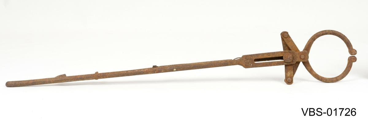 Tang til å være brukt av en smed. Langhåndtakstang med runde ender for å holde eller dra opp gjenstander.