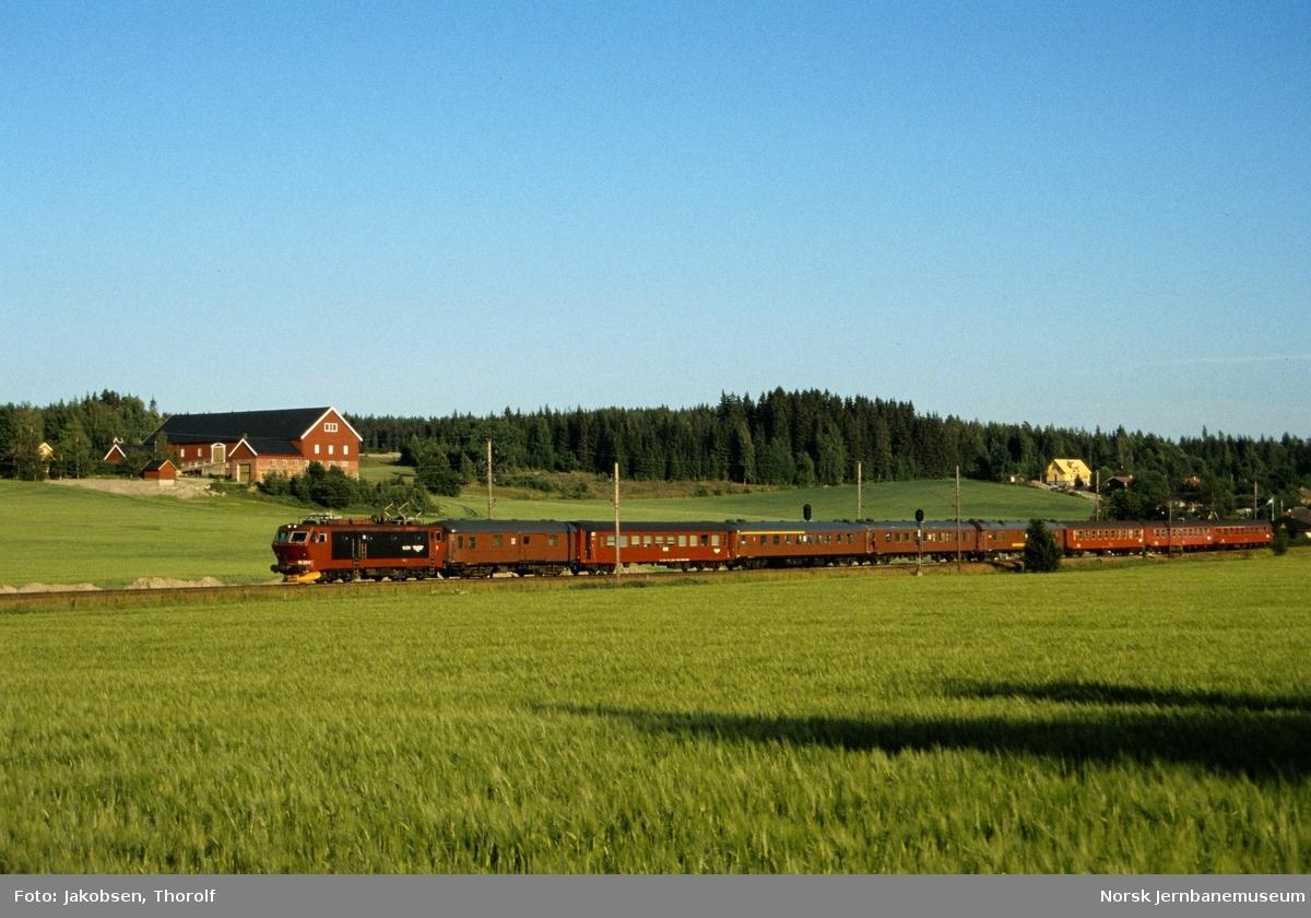 Hurtigtog fra København til Oslo S, tog 462, med elektrisk lokomotiv El 16 2211 nær Ås stasjon på Østfoldbanen