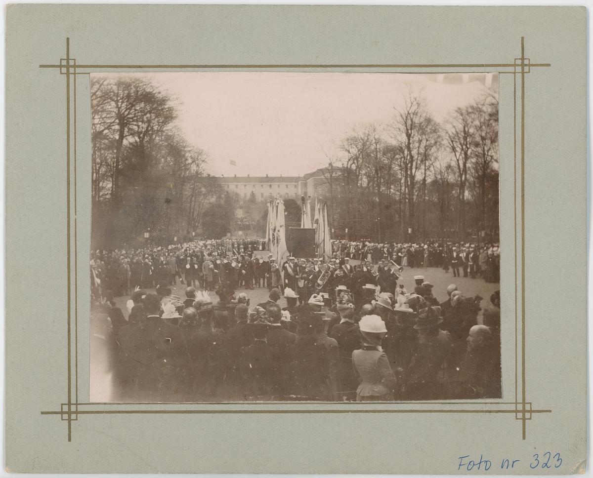 Kungssången spelas framför Lineanum i Botaniska trädgården, Uppsala