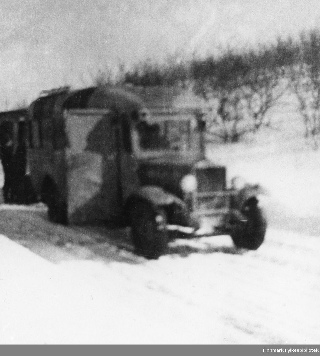 """A/S Polarbils første buss etter krigen i 1945, """"komoden"""", fotografert på Seidafjellet."""