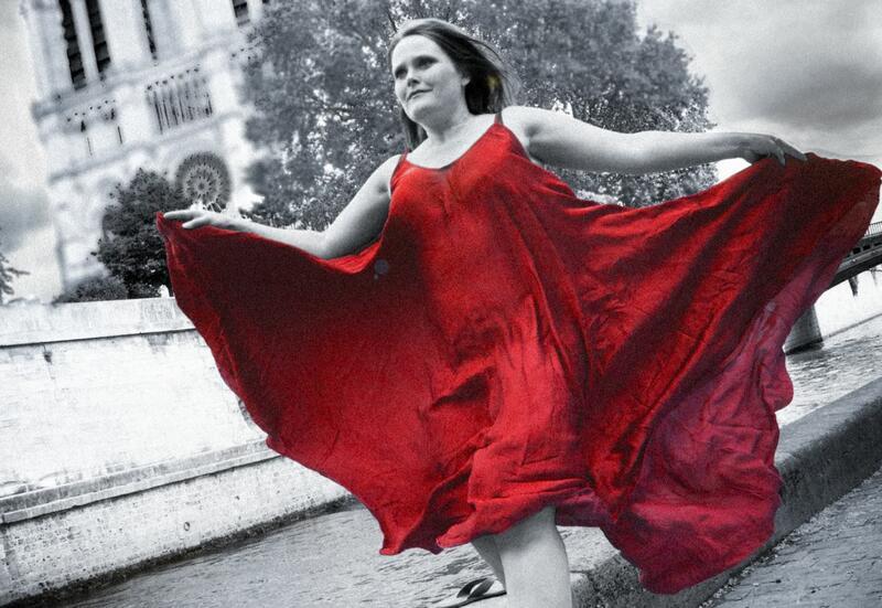 Sopran Laila Thortveit løper med en flagrende, rød kjole foran Notre Dame i Paris. (Foto/Photo)