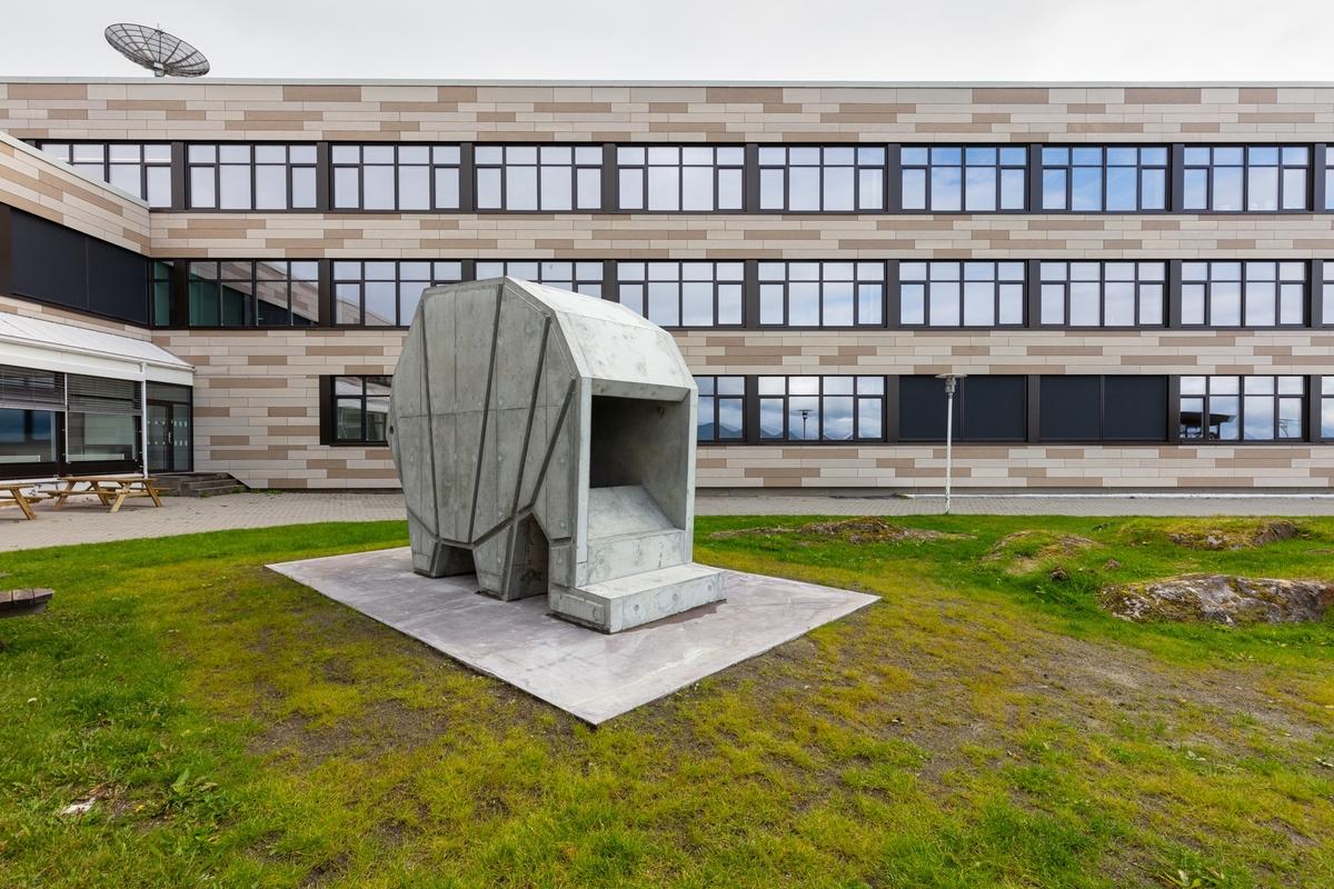 """Tittelen """"hôtel"""" viser til et gjestehus som gir husrom til besøkende. Publikum er invitert til å klatre inn i betongskulpturen, som har utsikt mot Ofotfjorden og fjellandskapet Veggen. Skulpturen kan tolkes som et sakralt rom, men også som en abstrahert dyrefigur. Lydverket som går i loop inne i skulpturen, er skapt av lydkunstner og komponist Peder Simonsen. Det ble til ved at Simonsen spilte på de seks bronseskulpturene i """"hôtel (del 3)"""" og bearbeidet opptakene, blant annet ved å spille dem av inne i betongskulpturen, for så igjen å bearbeide resultatet."""