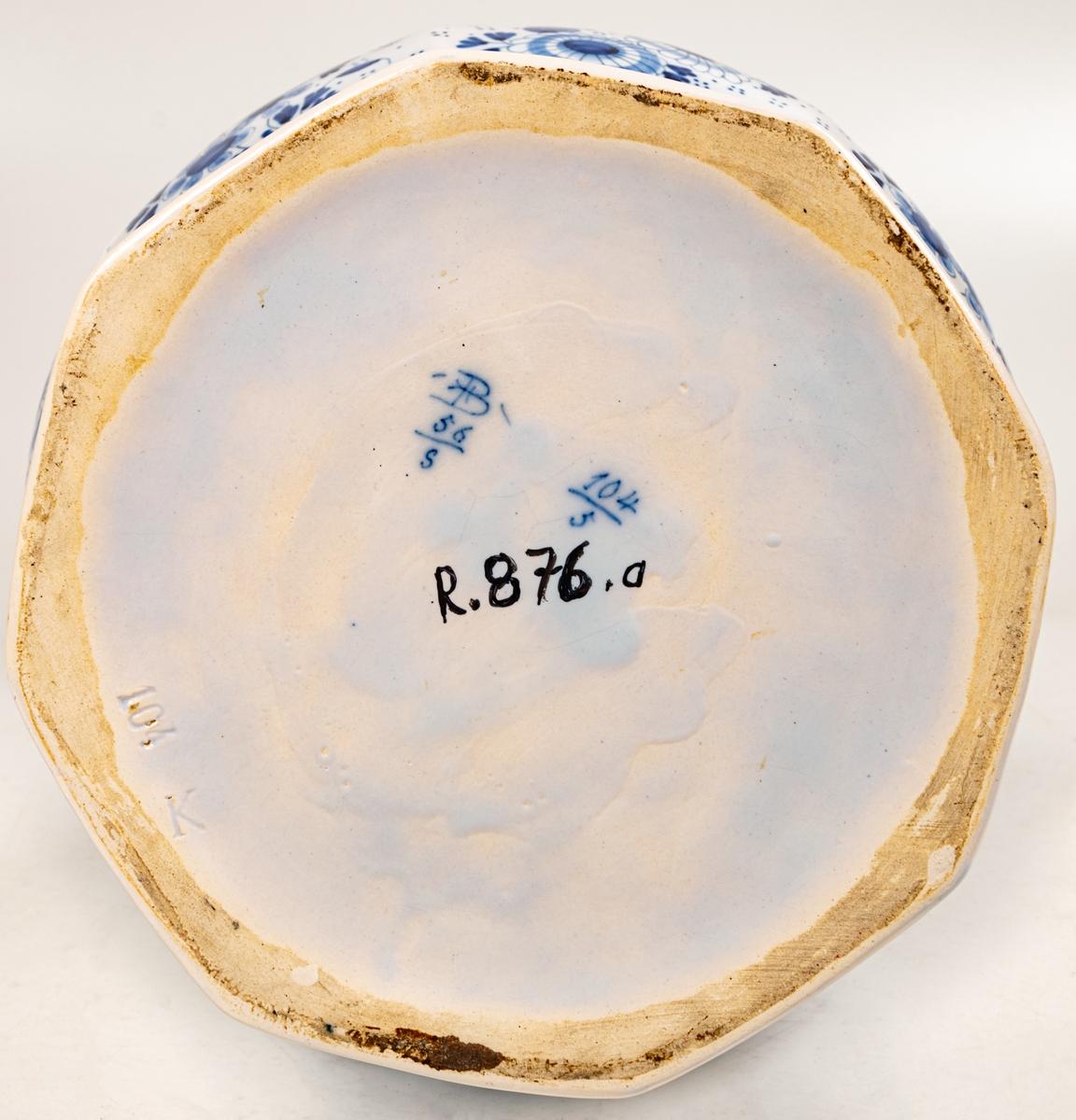 Urna, fajans, blå dekor. Märkt: B, 56, 5. Barock. Ingår i ett par.