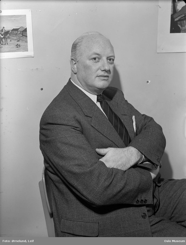 portrett, mann, dansk presseattaché, sittende knefigur