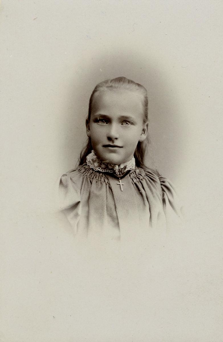 Portrett, vignettert, av Martha Gaaserud.