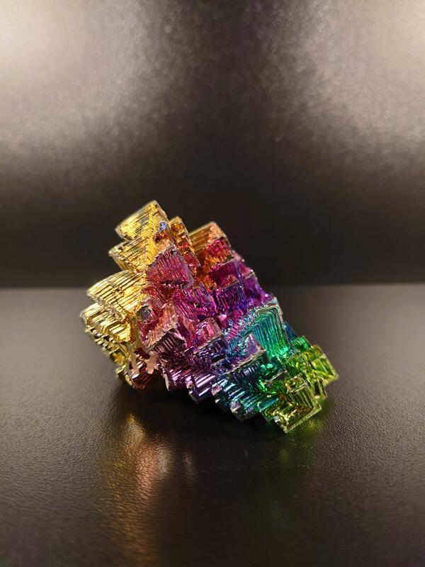 Syntetisk Vismutkrystall i geolaben (Foto/Photo)