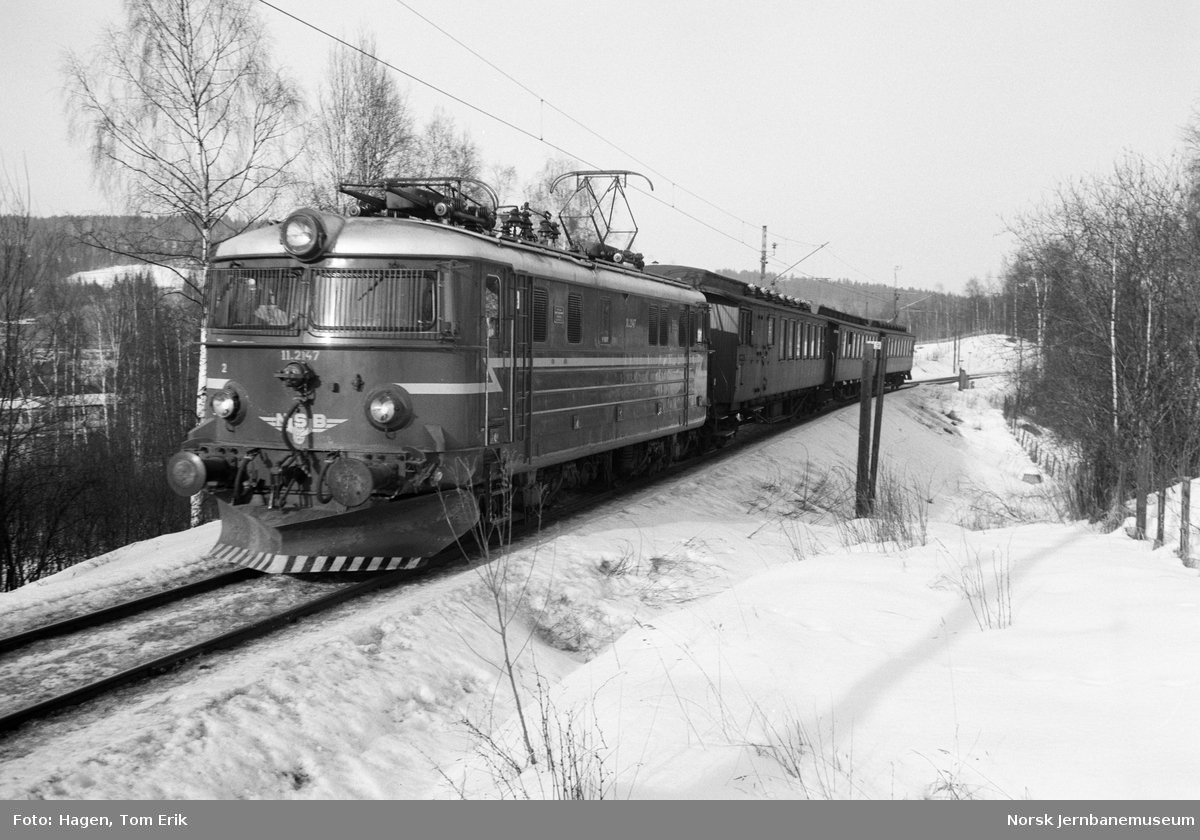 Elektrisk lokomotiv El 11 2147 med persontog retning Oslo i nærheten av Nygard stasjon
