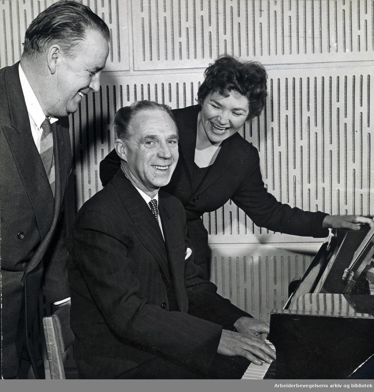 Alf Prøysen, Bjarne Amdahl og Nora Brockstedt i NRK under lanseringen av sangen Tango for to. Februar 1957