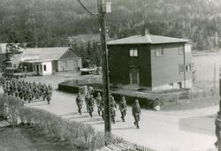 Heimestyrkane marsjerer forbi Viko Auto mai 1945.