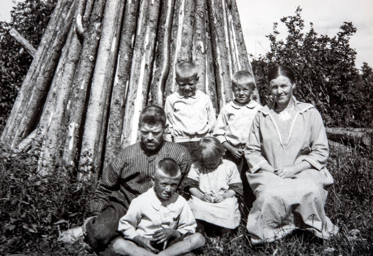 Familiegruppe 6 personer. Aksel Granlund (1892-1930) og Thora Emilie Granlund, født Opsahl (1898-1972) sammen med barna. Foran fra venstre Alf og Borghild. Bak fra venstre Mikael og Arvid. Familien bodde i Roksvold under Skjerden gård i Ottestad, Stange.