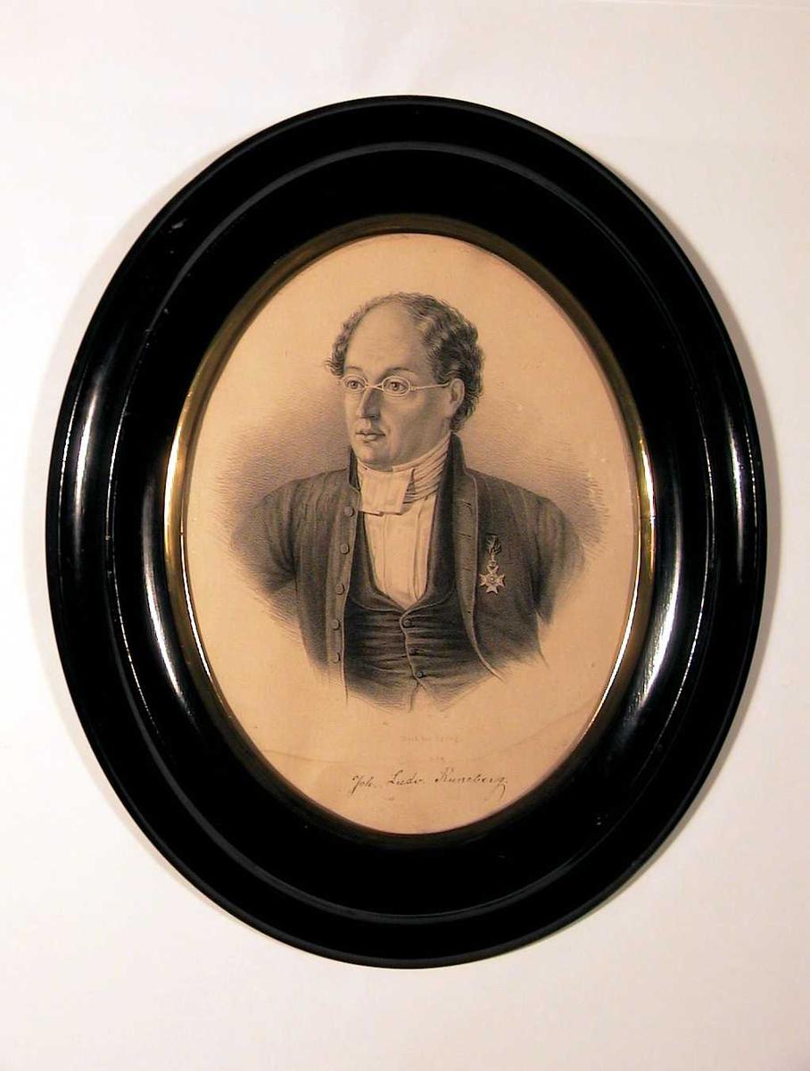 Portrett (brystbilde, 3/4 en face) av mann med smale briller, kledd i dress med halstørkle, orden på brystet.