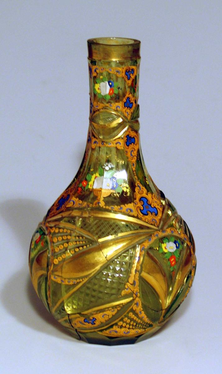 Vase og skål i glass med grønlig skjær. Slipt blad og rutemønster. Håndmalt blomsterdekor.
