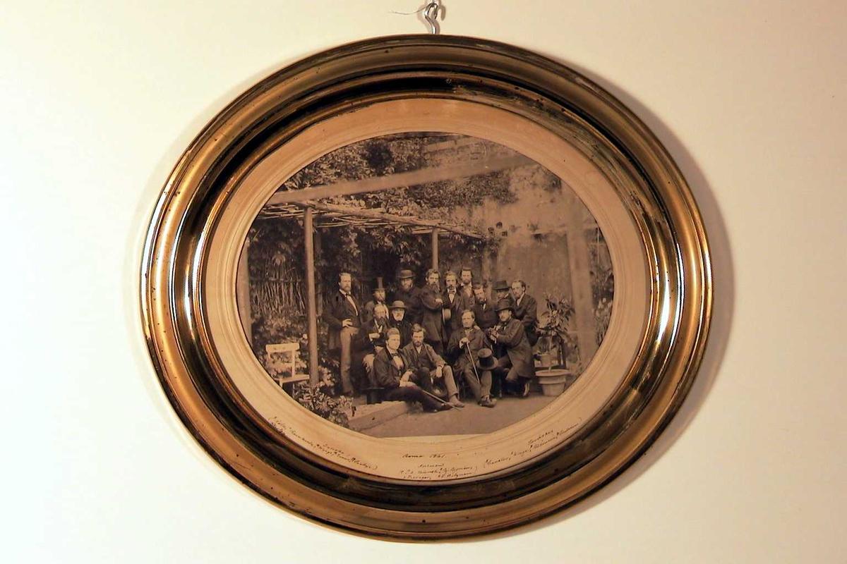 Fotografi i oval gyllen ramme.