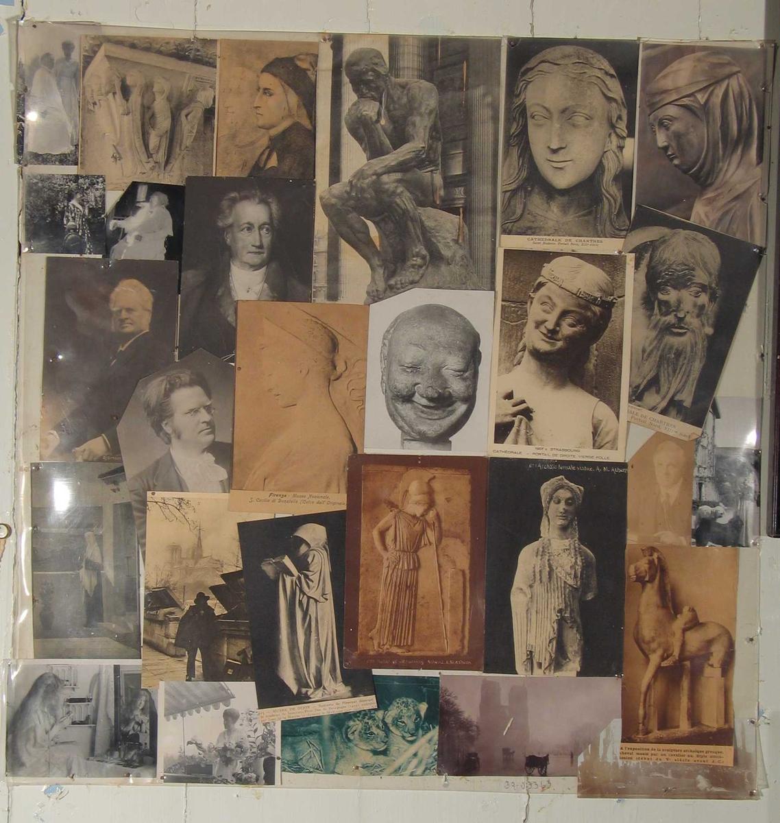 Fotografier og kunstkort satt sammen og trukket med klar plast. Festet til veggen med rustne spiker.