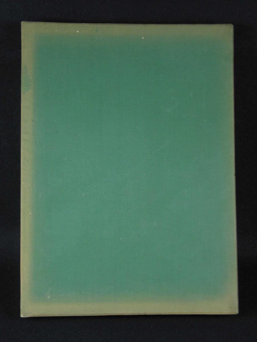 Eske trukket med grønt tekstil. Innvendig lyst skinn. Den kan ha tilhørt en adresse.