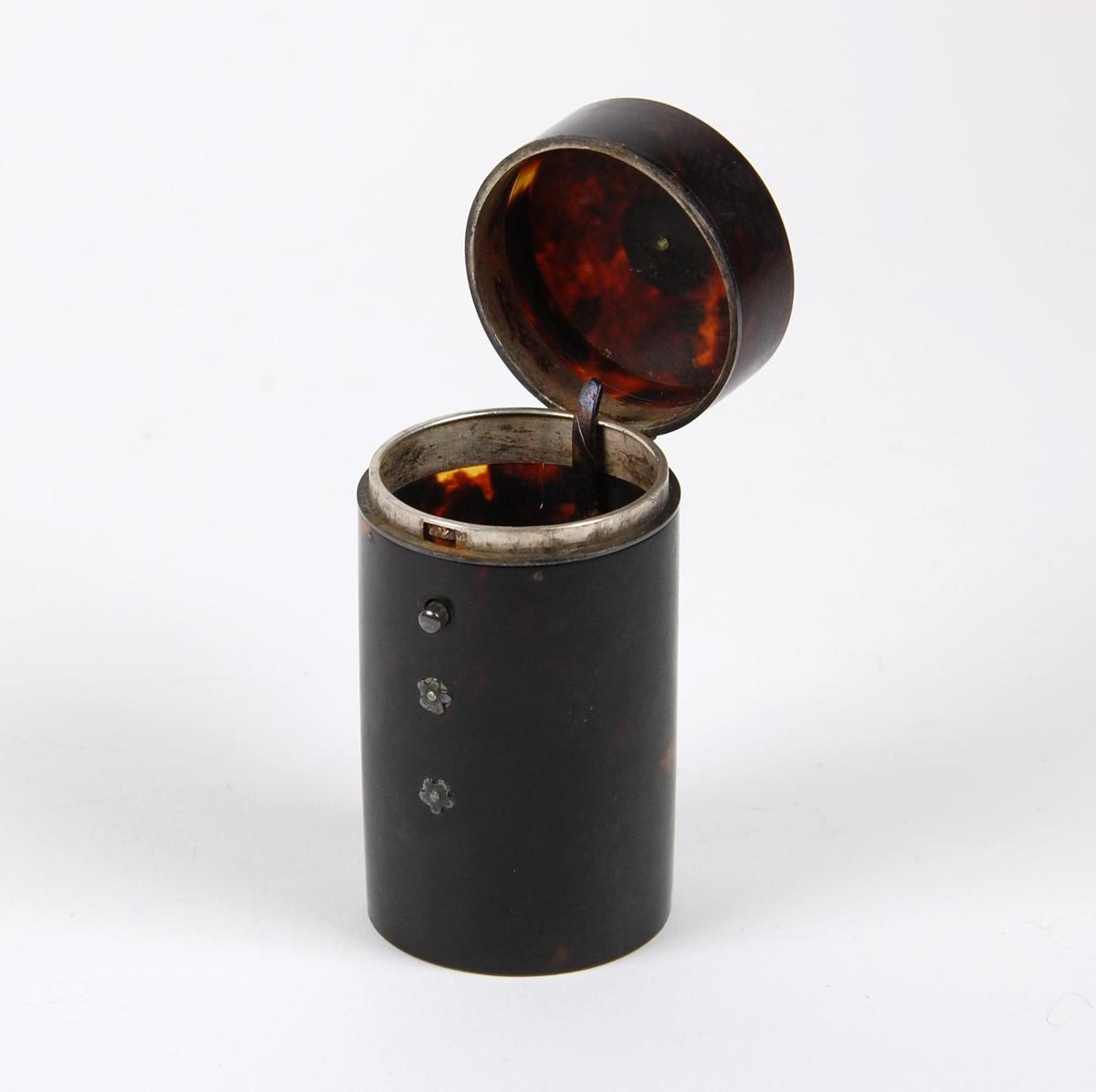 Etui av horn med dekor og lukning av sølv. Funksjon ukjent.