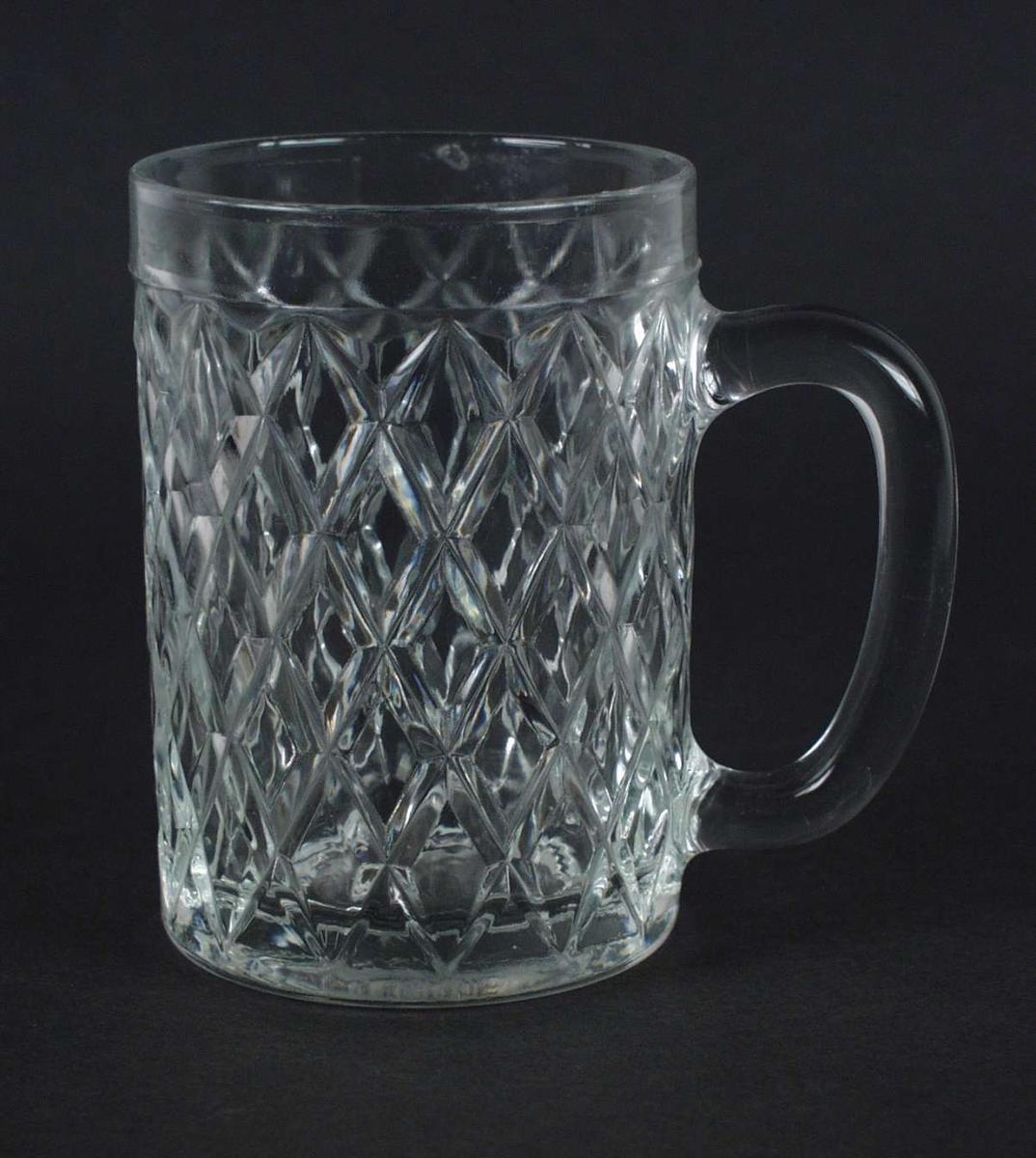 Seidel i pressglass med rutemønster.