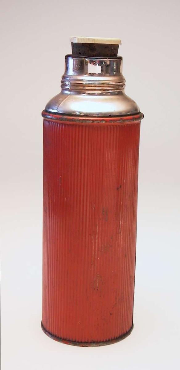 Rød riflet termos med propp.Proppen er av kork og plast.