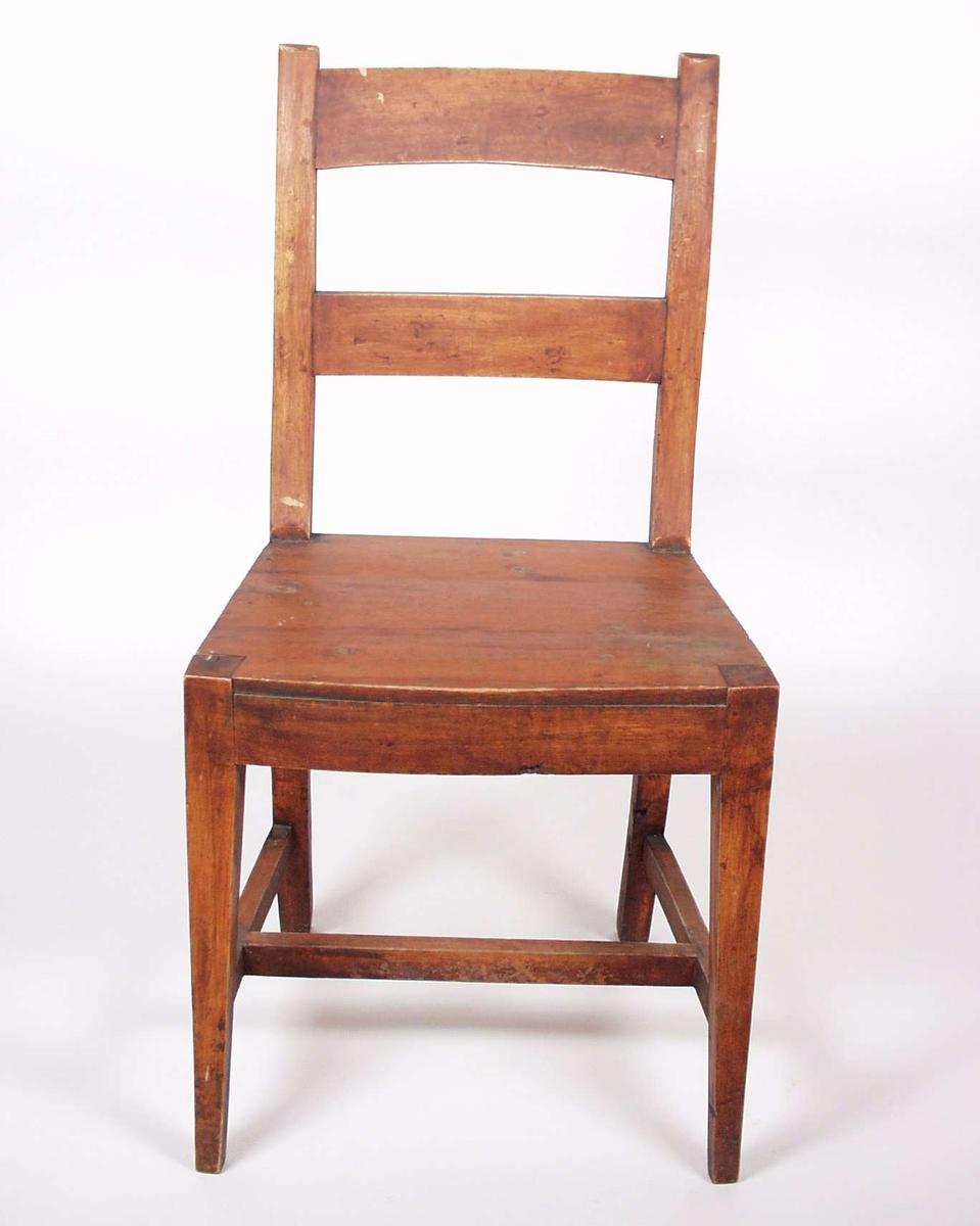 Stolen er i furu, beiset rød.