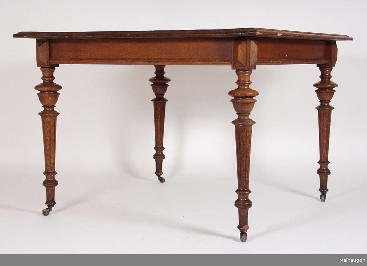Bordet  er trolig brukt som spisebord, og har dreide ben med hjul. Bordet er lakkert med brun lakk.