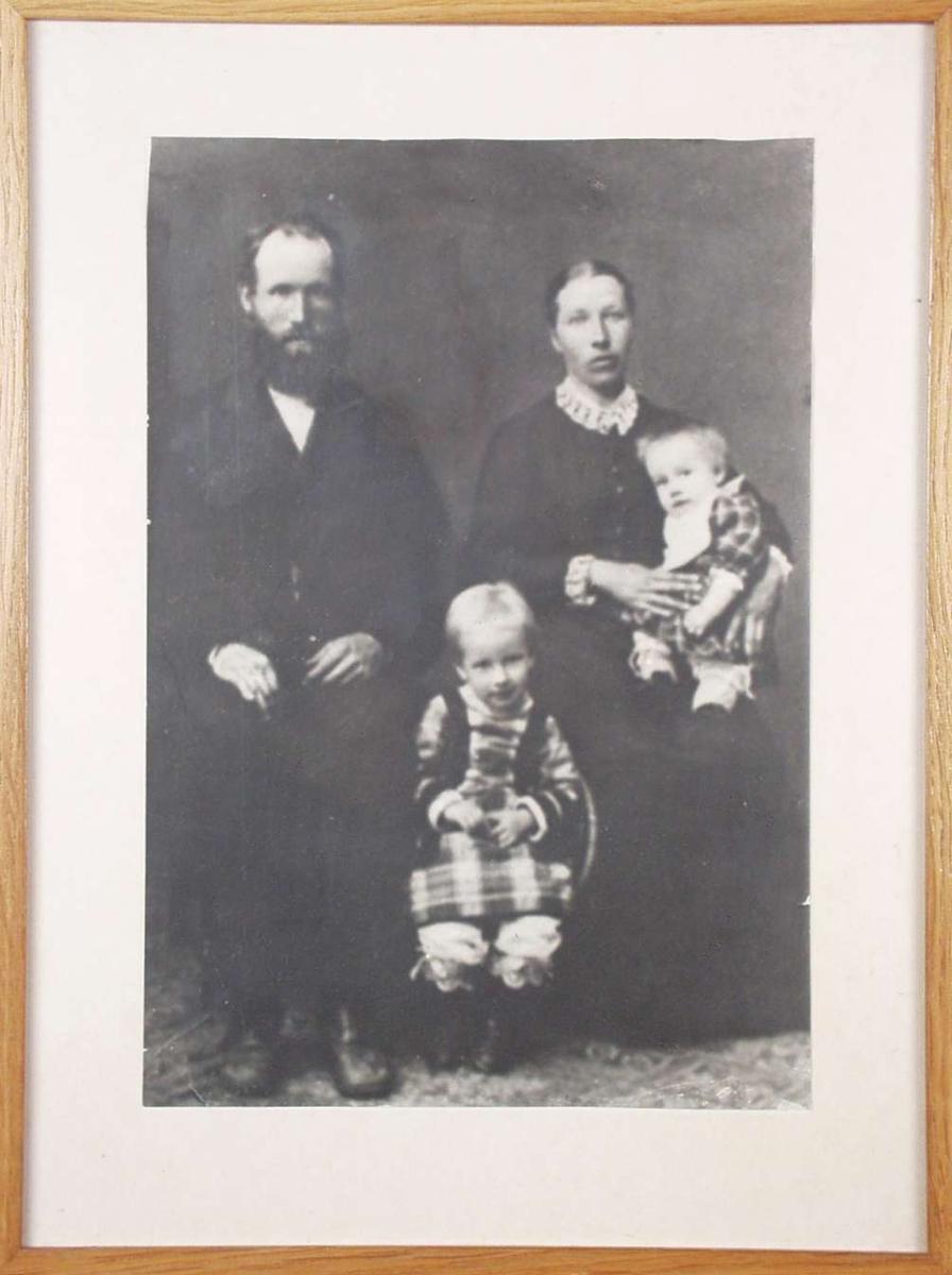 Familieportrett med foreldre og to små jenter.