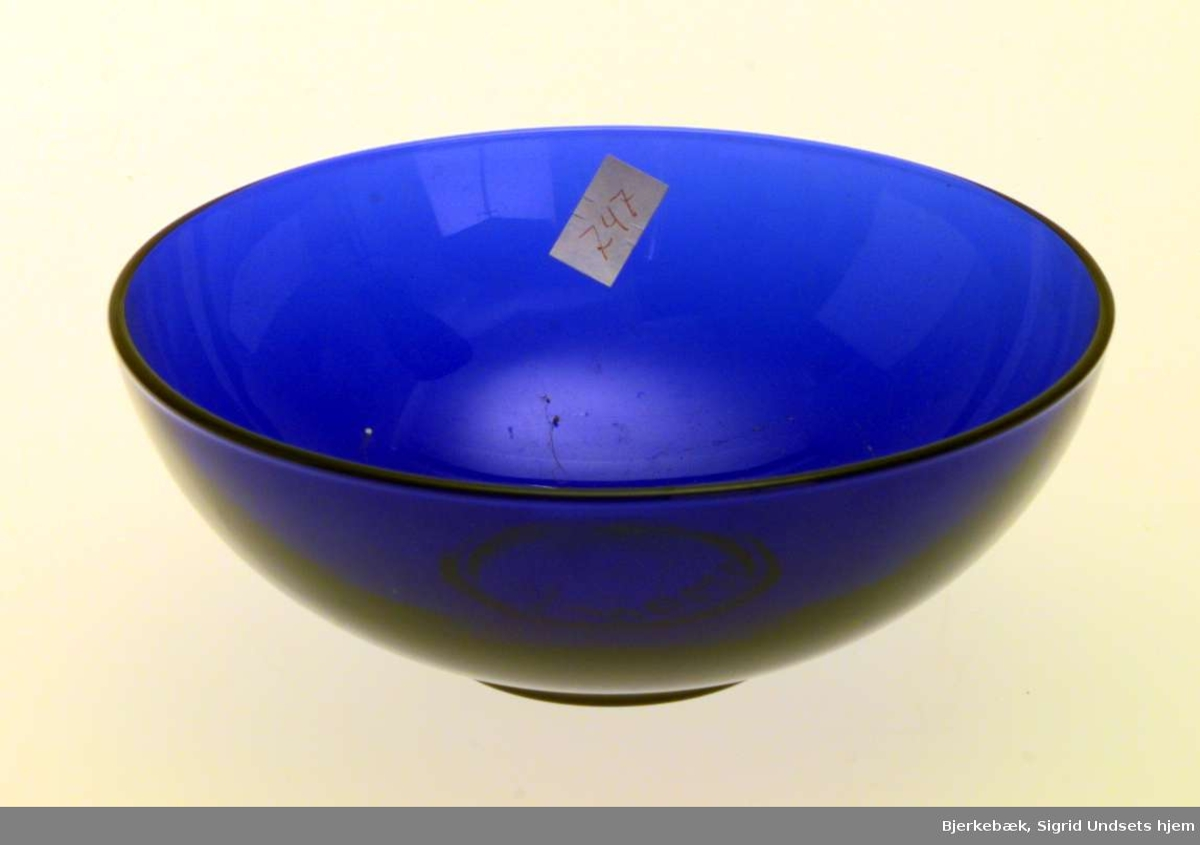 Rund konfektskål i blått glass.