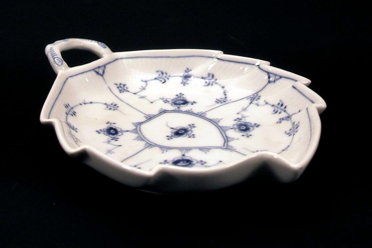 Bladformet skål med hvit, delvis riflet glasur og 'strå' i blått.