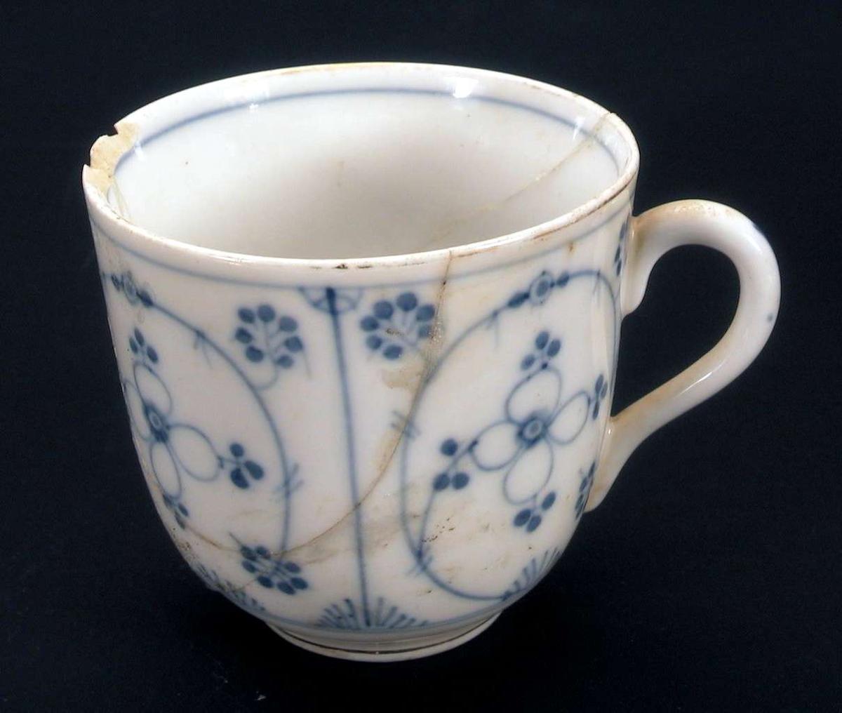 Kaffekopp med 'strå' dekor. Eneste merke under koppen, er en liten v.