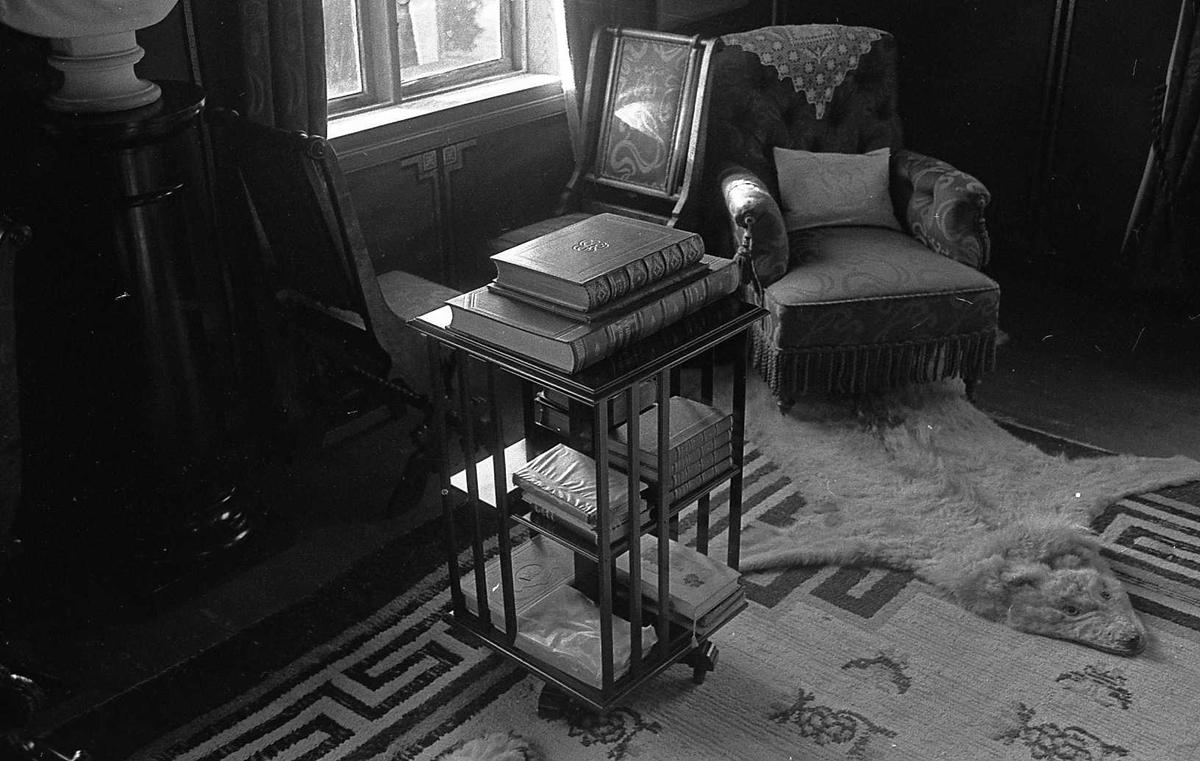 DOK:1975,Aulestad, interiør, arbeidsværelse, bokhylle, polarulv, stol,