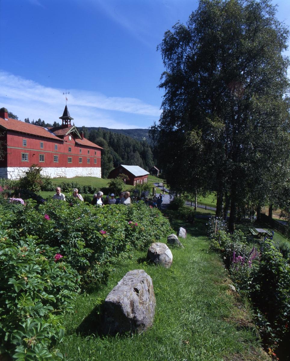DOK:2000, Aulestad, hage, låve, blomster,