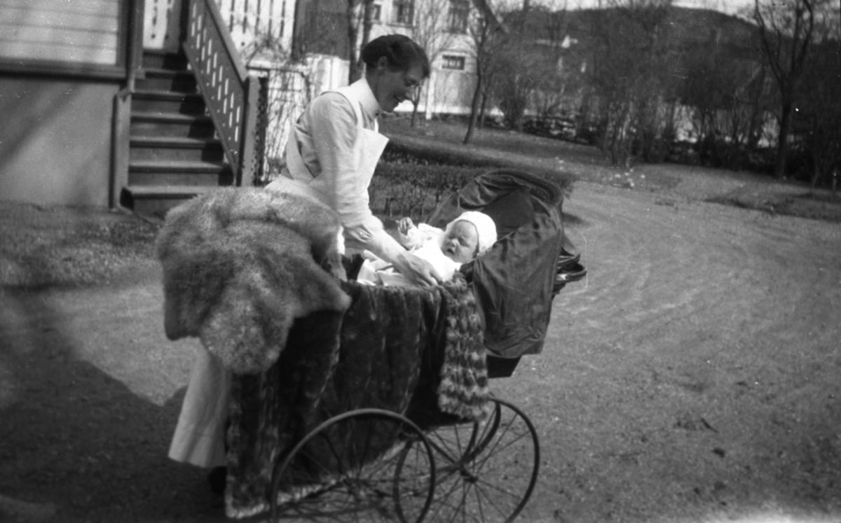Barnepleierske, barn, barnevogn