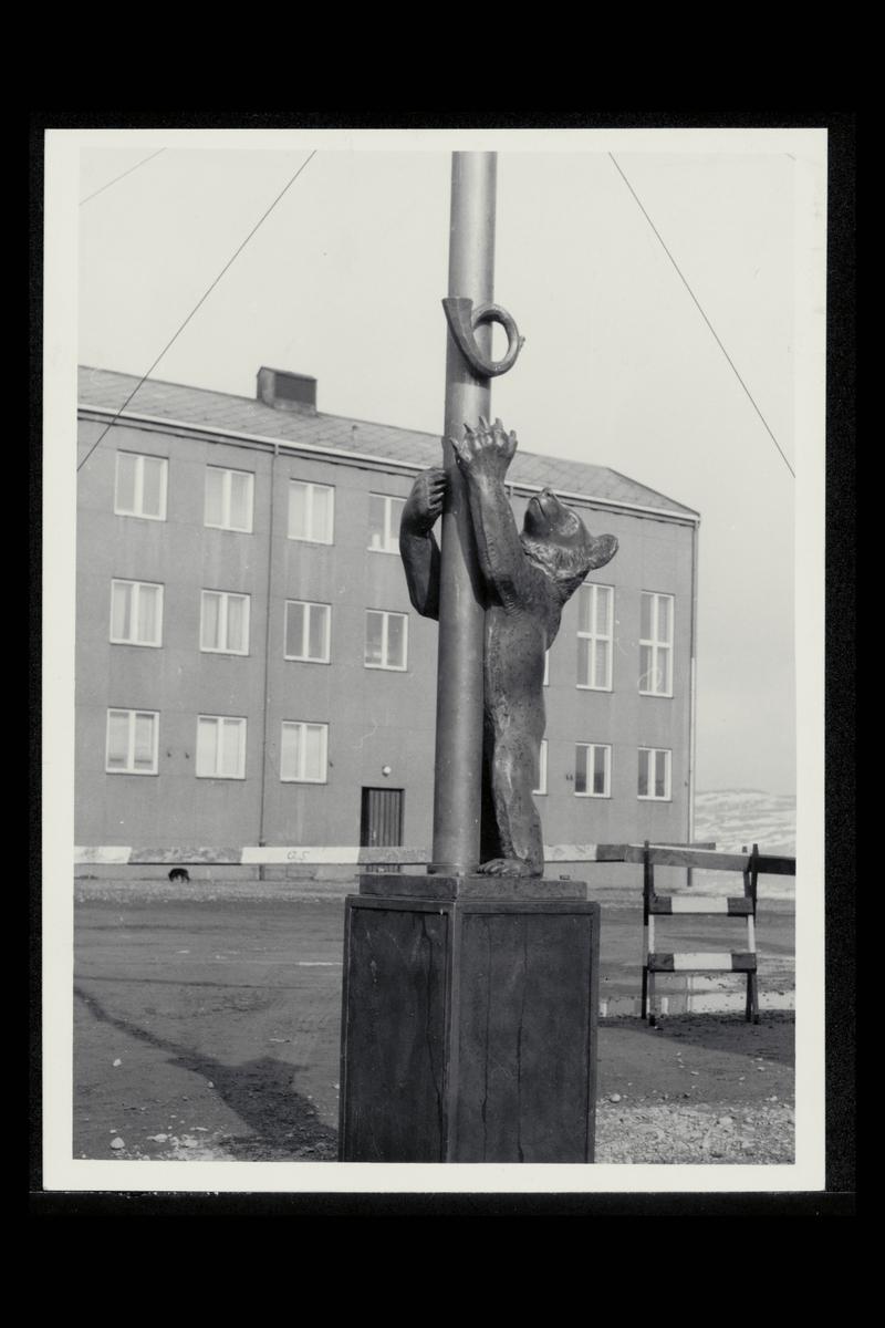 eksteriør, postkontor, 9900 Kirkenes, statue