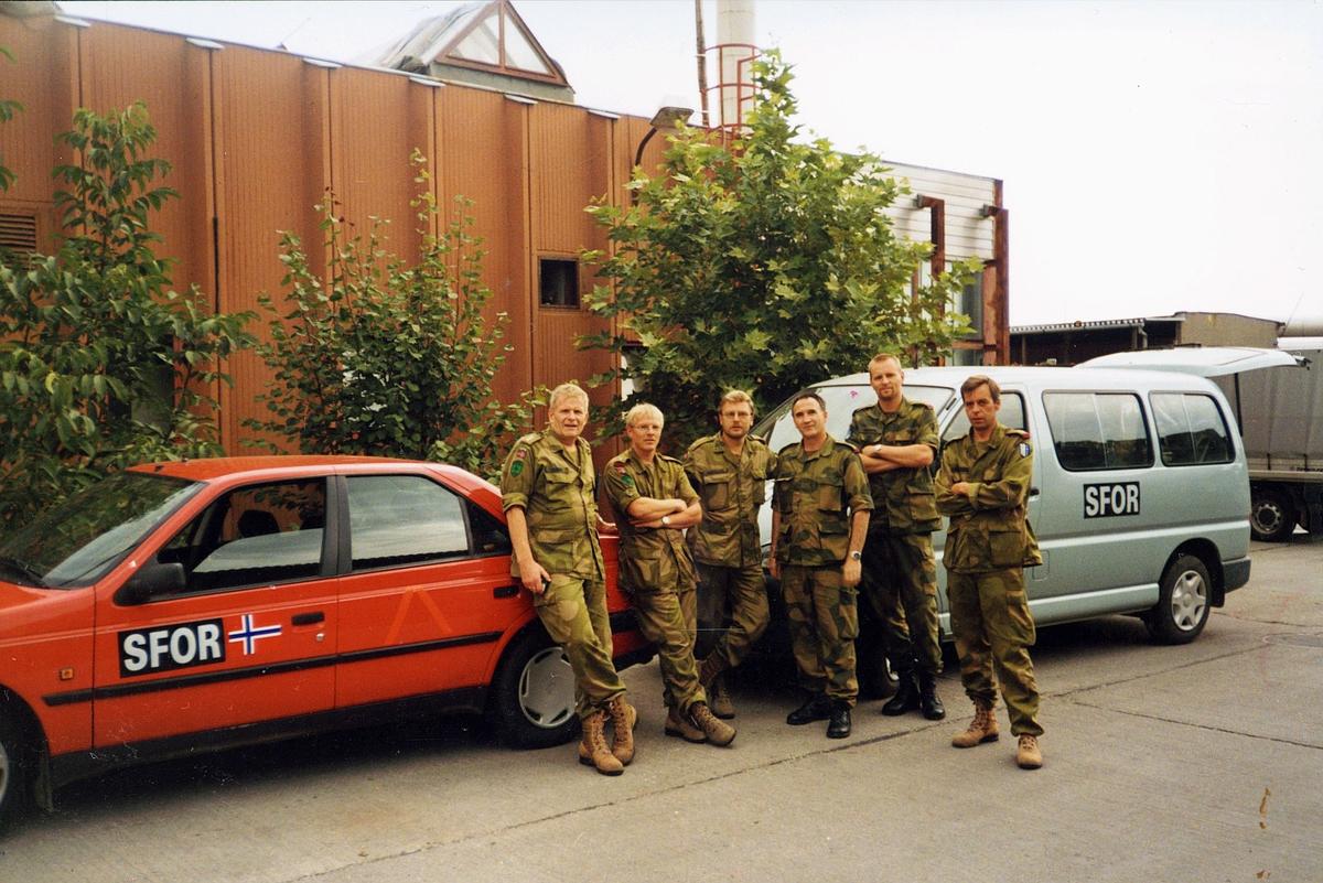 postkontor, eksteriør, feltpostkontor, Bosnia, SFOR III og IV, postfolk, fem menn står foran to biler  merket med SFOR og norsk flagg
