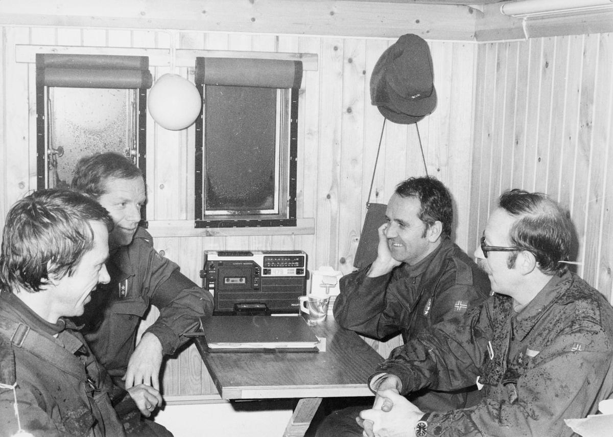 postkontor, interiør, feltpostkontor, feltposttjeneste, fire menn sitter rundt et bord