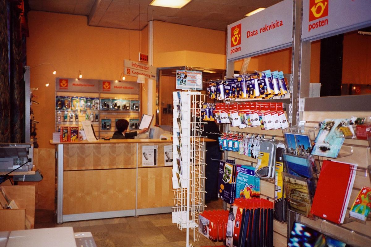 interiør, postkontor, 2000 Lillestrøm, skranke, reoler med data rekvisita, stativ med postkort, pilotprosjekt for posthandel